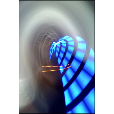 L'escargot de lumière bleue et sa béquille orange se reposant dans le tunnel au voile blanc © Jean-Michel Goumy